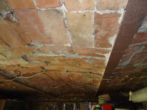 strop piwnicy